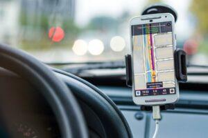 Navi und Smartphone: Die passende Kombi für unterwegs finden