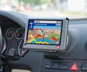 Reiseführer inklusive: Das mobile GPS-Navi Falk F8 complete. Foto: Falk