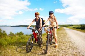 Zwei Frauen machen Radtour